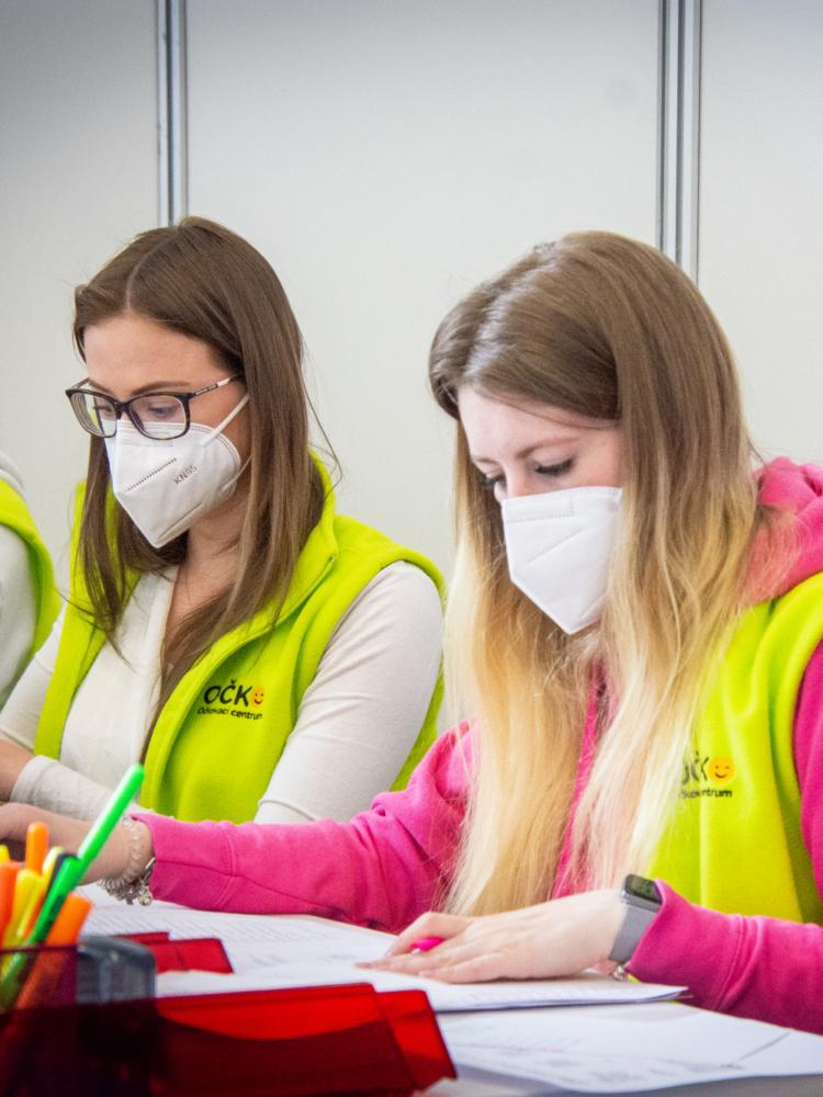Představujeme studentské dobrovolníky a sponzorské organizace očkovacího centra